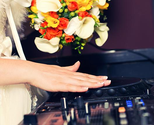 Brud vid DJ-bänk
