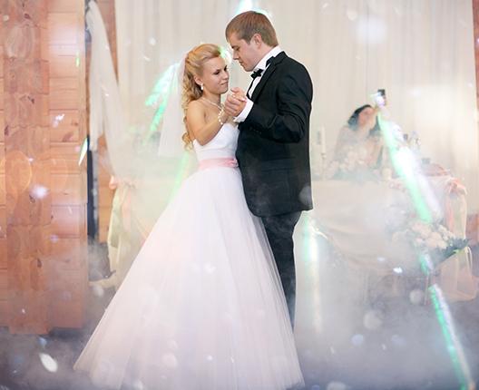 Bröllopspar på dansgolv