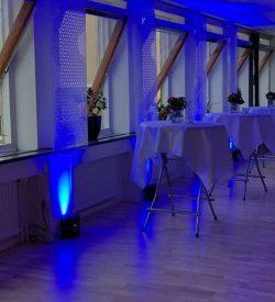 Blå uplights mot vägg