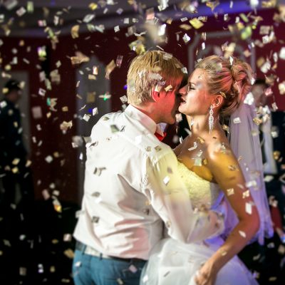 Brudpar i konfetti