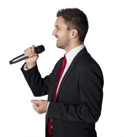Man med trådlös mikrofon
