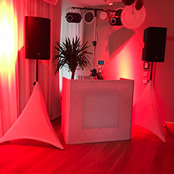Rött DJ-bås
